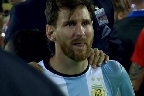 Messi, con lágrimas en los ojos, captado por la televisión.