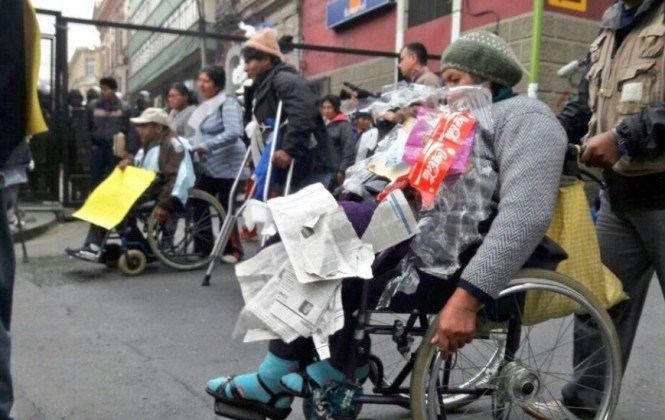 """Discapacitados piden al Gobierno que no los traten como """"basura"""""""