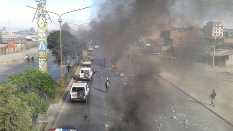 Policía desbloquea un punto instalado por los fabriles en la Avenida Blanco Galindo de Cochabamba. Fotos: Fernando Cartagena.