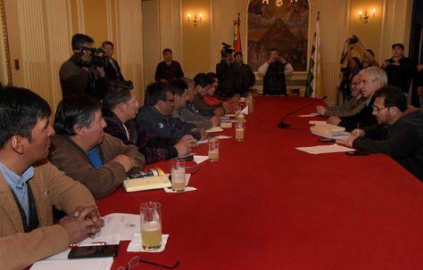 El vicepresidente Álvaro García Linera junto a una comitiva gubernamental durante la reunión con la COB, esta tarde. Foto: Ángel Illanes