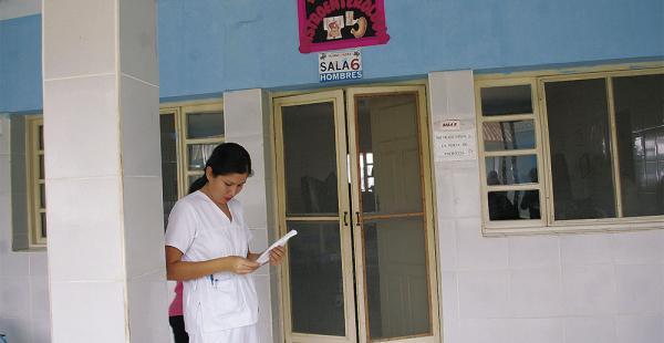 Una enfermera aguarda fuera de la sala 6 que fue cerrada en el hospital Alfonso Gumucio
