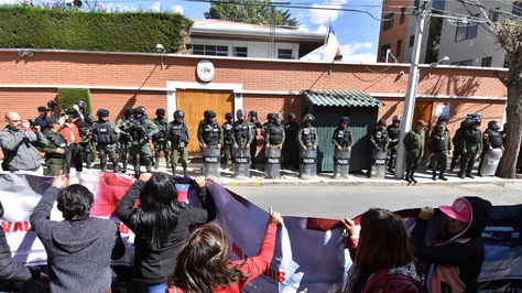 La protesta de afiliados a la Cámara de Transporte Pesado del El Alto frente al Consulado de Chile en Bolivia. Foto: APG
