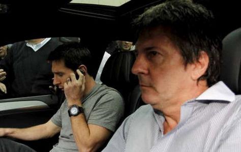 Lionel Messi (izq.) junto a su padre cuando comparecieron ante la justicia española. Foto: Internet