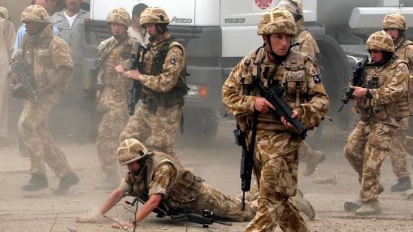 Un soldado británico cae durante una misión en Irak. Un informe oficial indica que Gran Bretaña fue a la guerra de manera prematura y sin un plan./AP