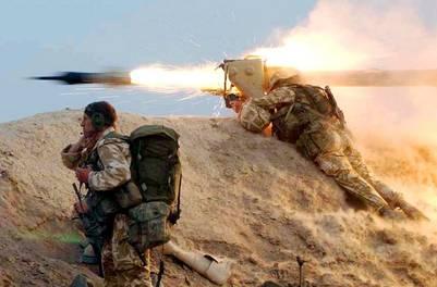 Un marine de las fuerzas reales británicas dispara un misil en el sur de Irak, en plena guerra. / AP