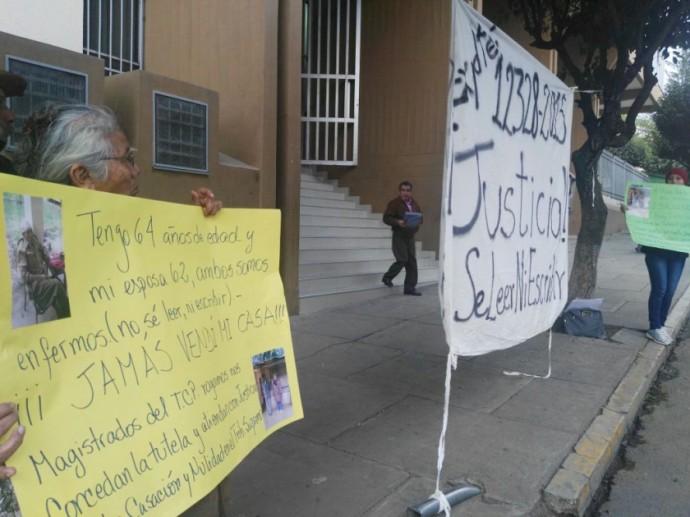 Los afectados en su vigilia a puertas del TCP. FOTO: CORREO DEL SUR