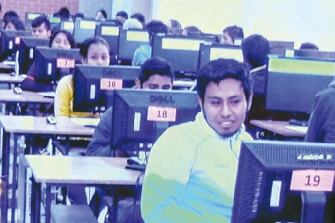 INTENTO. Más de 1.000 postulantes rindieron el examen de admisión para el segundo semestre en la Facultad Técnica ayer.