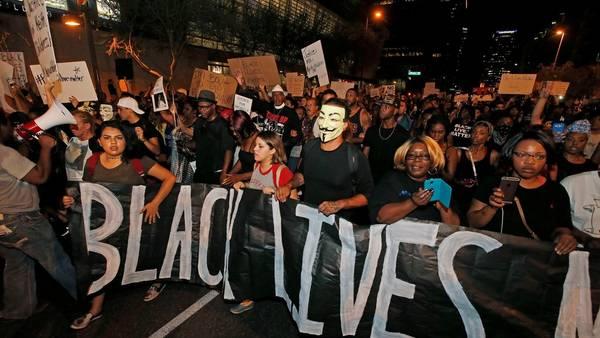 Protesta. En Phoenix, Arizona, miles de personas salieron a la calle en rechazo a las recientes muertes de jóvenes negros a manos de policías./AP