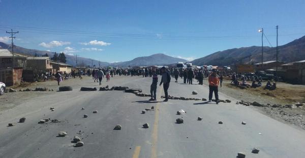 Un conflicto de límites entre Colomi y Villa Tunari deparó que los pobladores salgan a protestar y llenen de piedras la carretera.