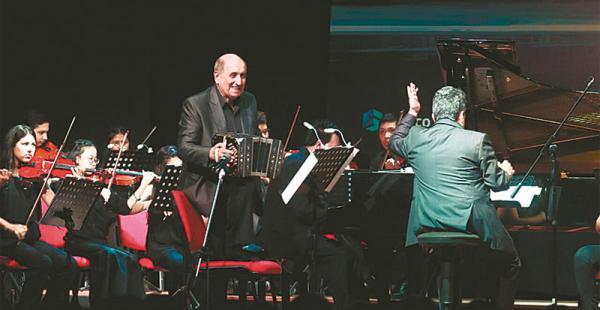 Carlos Buono, Miguel Pereiro y Alberto Bianco acompañaron a los más de 30 músicos de la orquesta