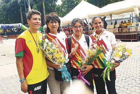 Con sus atletas en el Sudamericano. En el sudamericano de marcha Marco Rodríguez, Ángela Castro y Wendy Cornejo trajeron medallas para el país.