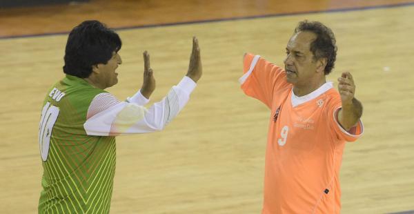Evo Morales y Daniel Scioli festejan un gol en septiembre 2015. (Foto: Juan Mabromata / Clarín)