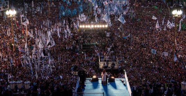 Cristina Fernández de Kirchner da su último discurso como presidentaen la Plaza de Mayo. (Foto: María Eugenia Cerutti / Clarín)