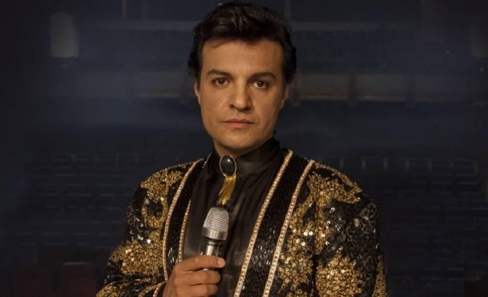 Julián Román interpreta a Juan Gabriel.