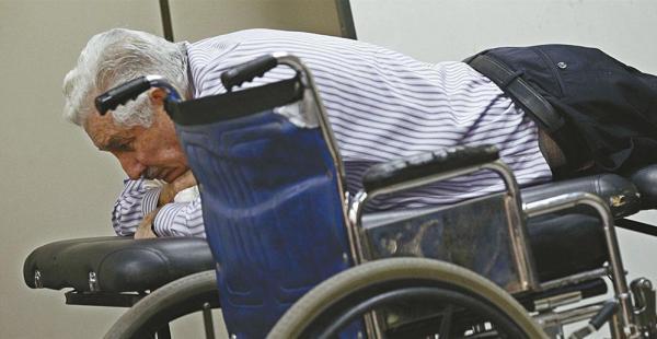 El general Gary Prado postrado en una camilla en una de las auidencias del caso terrorismo