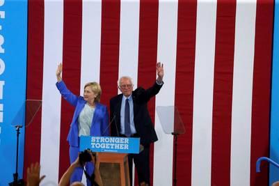 Hillary Clinton y Bernie Sanders, de campaña en New Hampshire. / Reuters