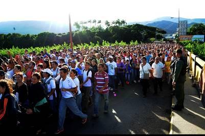 Miles de venezolanos cruzan por el puente fronterizo Simón Bolivar entre Colombia y Venezuela para comprara productos del lado colombiano. / EFE