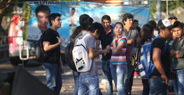 Miguel Cadima recibe el apoyo de decenas de estudiantes que llegaron hasta el segundo anillo para rechazar los resultados dados por la corte tras la elección en la Uagrm que dejaron fuera al líder del frente Cambio Real