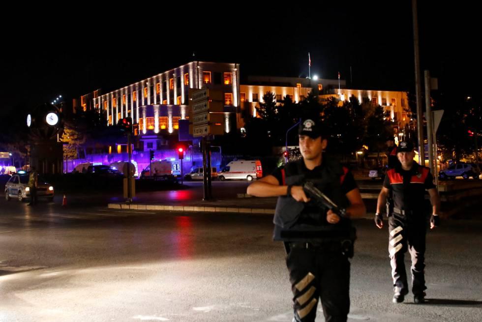 Policías cerca de un cuartel militar en Ankara, Turquía