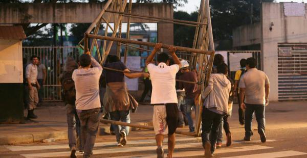 Estudiantes que realizan la vigilia en la Uagrm