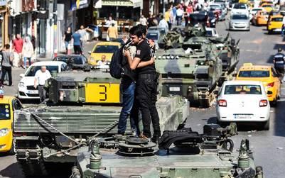Un policía leal al gobierno de Erdogan abraza a un manifestante sobre un tanque de combate en Estambul. (AFP)