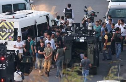 Policías leales a Erdogan arrestan a militares golpistas en Estambul. (EFE)