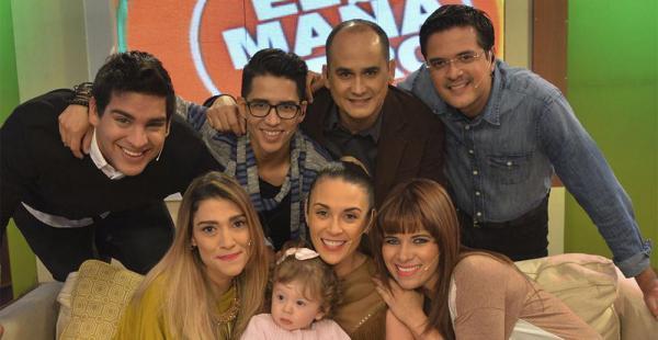 Ximena junto a su hija Ema, rodeadas del equipo de El Mañanero, el último programa en el que participó la presentadora
