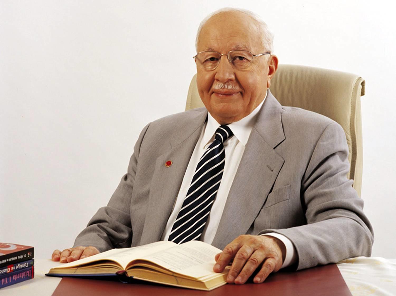 El primer ministro Necmettin Erbakan