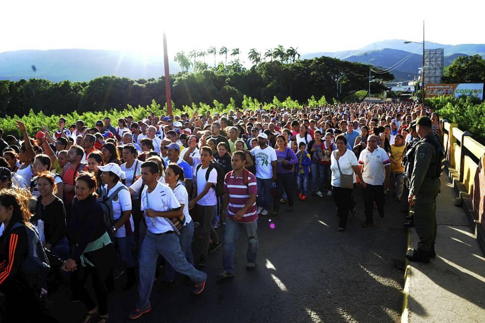 Más de 35.000 personas cruzaron la frontera entre Colombia y Venezuela el pasado domingo.