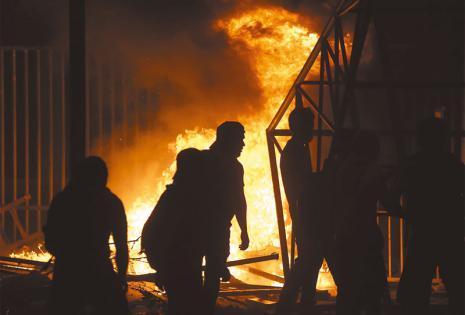Las puertas de la entrada a los nuevos módulos cerca de la rotonda de la avenida Busch ardieron durante la noche del jueves
