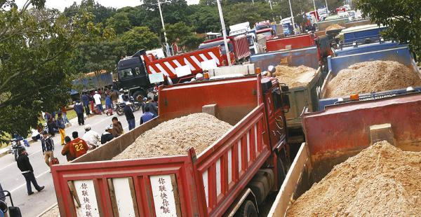 En la ruta a los valles cruceños, en el km 17 ruta a La Guardia, las vías fueron obstruidas por camiones
