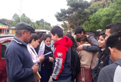 Universitarios pasan calles en la calle