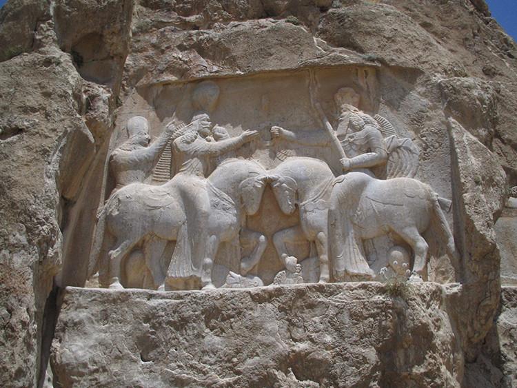 Relieve sasánida de Naqsh-e Rustam que muestra la investidura de Ardashir I.