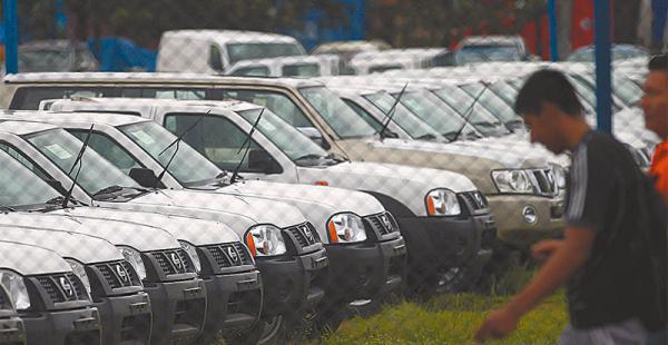 frenadas las importadoras no traen  al país nuevos autos desde hace tres  meses  En los  almacenes  de la Aduana aguardan los vehículos con sistema Euro II