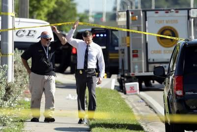 Oficiales de policía investigan en la zona del tiroteo en un boliche de  Fort Myers. / AP