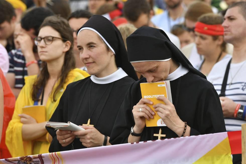 Dos monjas rezan durante la misa inaugural de la JMJ, este martes