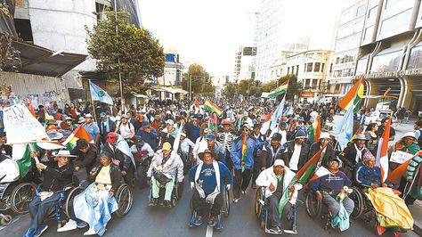 protesta. Las personas con discapacidad en su paso por El Prado, en el centro de La Paz.