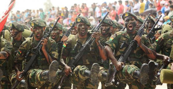 Un grupo de soldados marcha en un desfile militar. Ahora tendrán nueva mormativa
