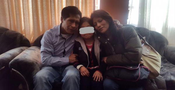 La menor se reunió con sus padres y se mostró muy feliz, tras 24 horas de zozobra sobre su paradero. (Foto del Ministerio de Gobierno)