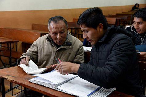 Freddy Barrero de 76 años durante una clase en la Carrera de Derecho. Foto: Pedro Laguna