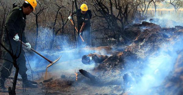 Los fuertes vientos complican las tareas de los bomberos, soldados y pobladores que operan en el lugar