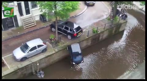 De película: persecución en Ámsterdam terminó con la caída de un auto a un canal