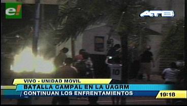 Continúan los enfrentamientos en la UAGRM sin presencia policial
