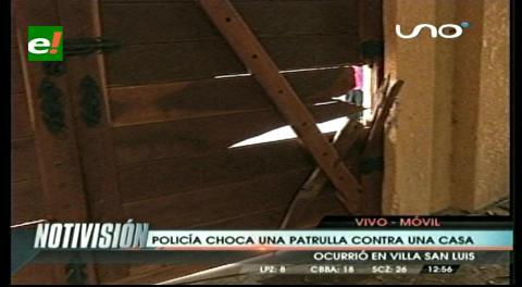 Policías que iban en exceso de velocidad chocan contra una vivienda