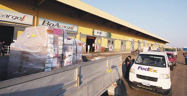 Una comisión hace un inventario de las mercancías en los depósitos de DAB. Hay preocupación