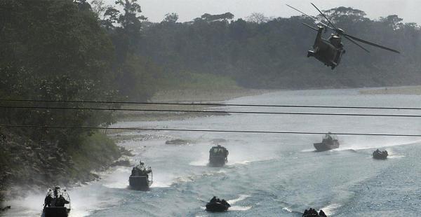 La Fuerza Áerea y la Armada, en un trabajo integrado, como se puede observar en la foto. El ejercicio sirvió para mostrar la capacidad de coordinación entre las fuerzas militares.
