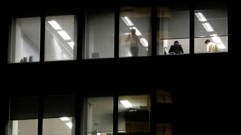 Foto: Un trabajador del distrito de Shinjuku, en Tokio, mira por la ventana de su oficina. (Reuters/Toru Hanai)