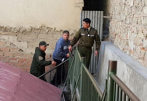 El exmayor de la Policía Fabricio Ormachea cuando era trasladado a celdas judiciales. Foto: La Razón