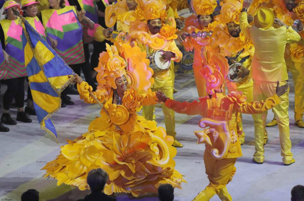 Integrantes de la escuela de samba Unidos da Tijuca llenan de color la ceremonia inaugural de los Juegos Olímpicos Río 2016.