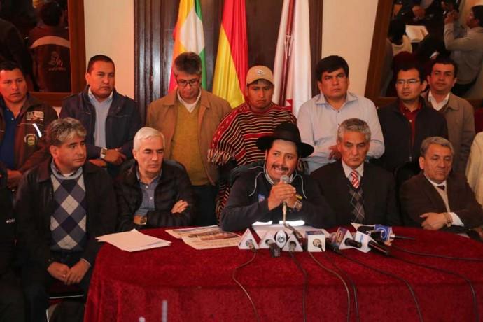 """MOLESTIA. El gobernador Esteban Urquizu lamentó que se esté tratando a Chuquisaca como un """"departamento de segunda""""."""
